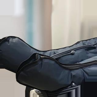 טיפול באמצעות חליפת עיסוי ייעודית לדרכי הלימפה, המסייעת לנקז את נוזלי הלימפה העודפים.